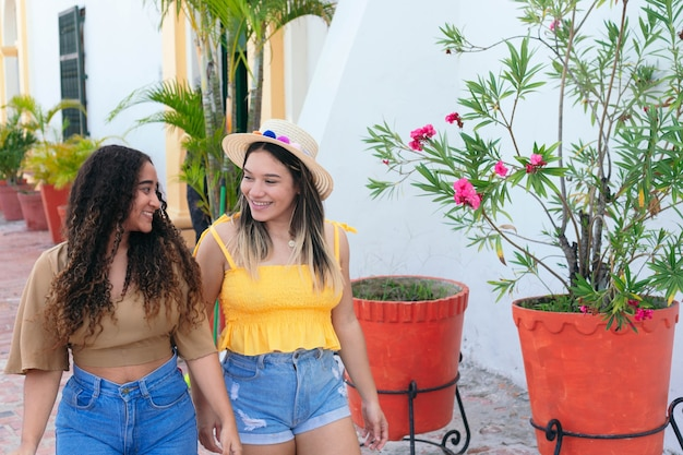 Deux filles marchant dans la rue