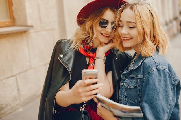 Deux filles de mode dans une ville