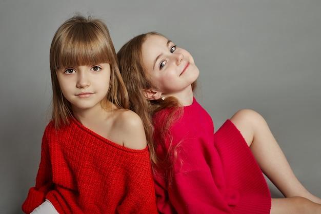 Deux filles de la mode enfant en vestes rouges