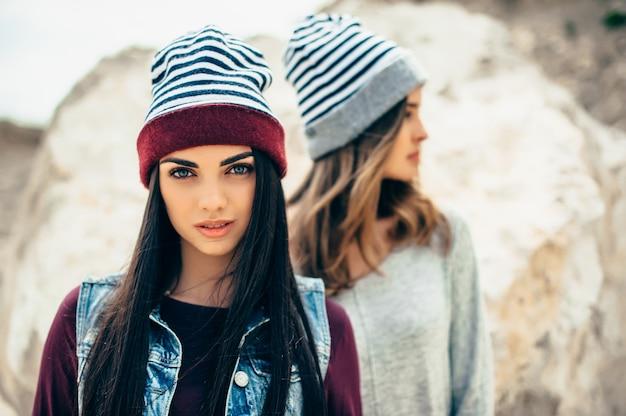 Deux filles modèles posant dans la carrière