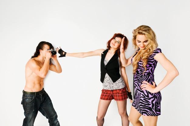 Deux filles et un photographe