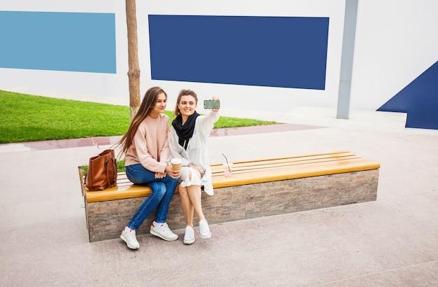 Deux filles prenant selfie dans un parc