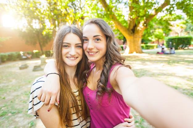 Deux filles prenant un selfie ensemble au parc