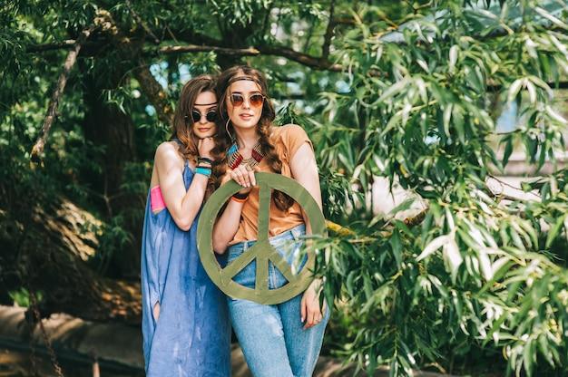 Deux filles près hippie arbre