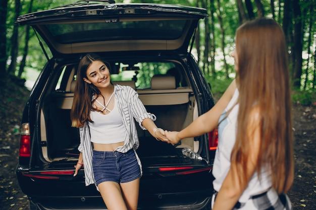 Deux filles près de voiture