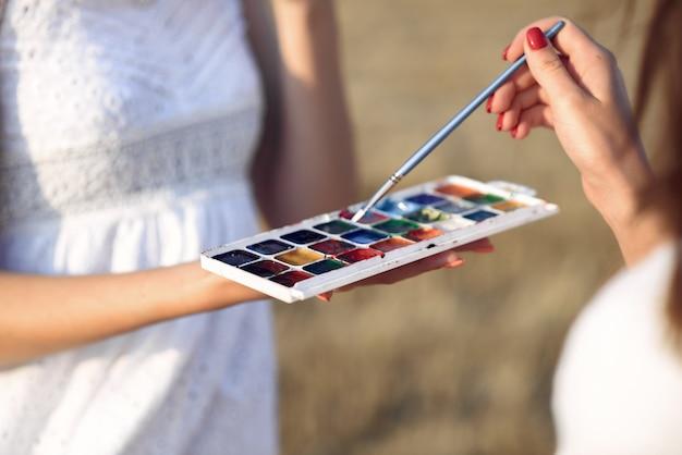 Deux, filles, robe blanche, peinture, champ