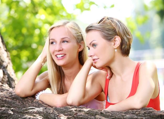 Deux filles s'amusent dans le parc
