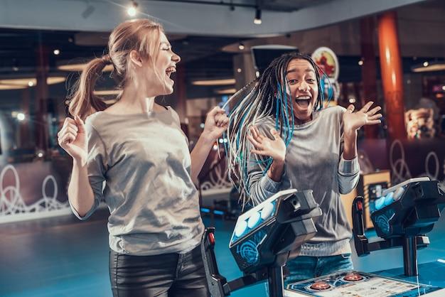 Deux filles sautent de joie parce qu'elles ont gagné.