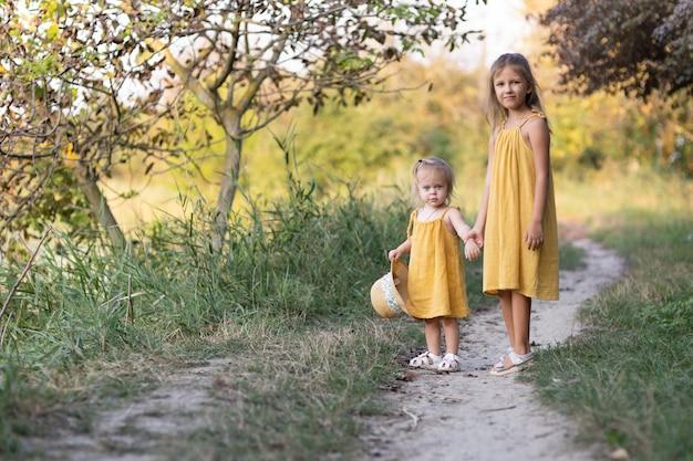 Deux filles, sept ans et un âge, à l'extérieur