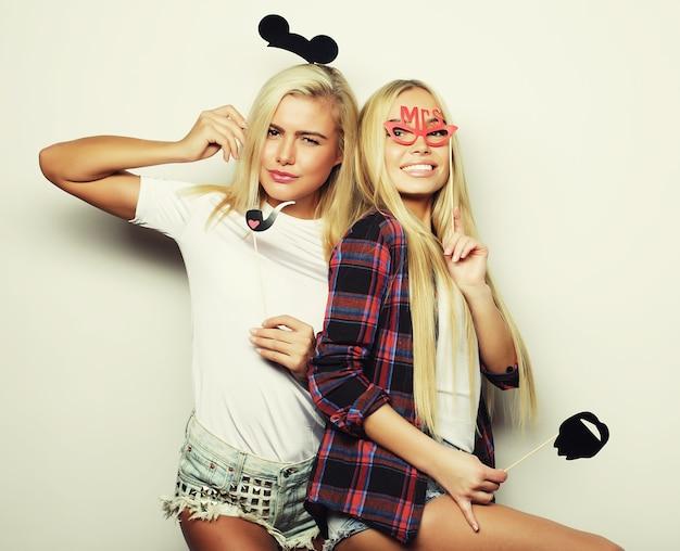 Deux filles sexy élégantes meilleures amies prêtes pour la fête