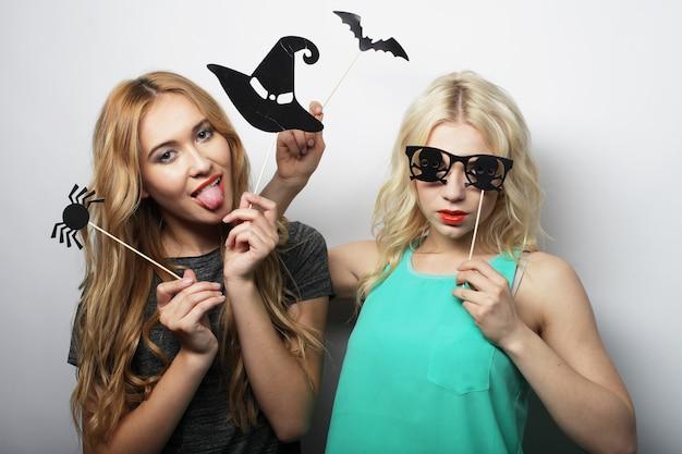 Deux filles sexy hipster prêts pour la fête