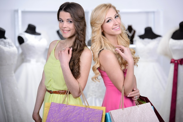 Deux filles sont venues au magasin pour choisir leur propre sac.