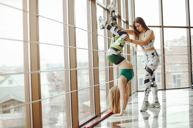 Deux filles sportives dans un gymnase