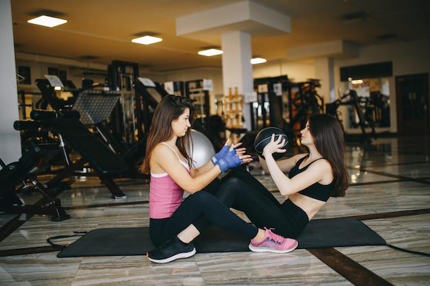Deux filles sportives dans le gymnase