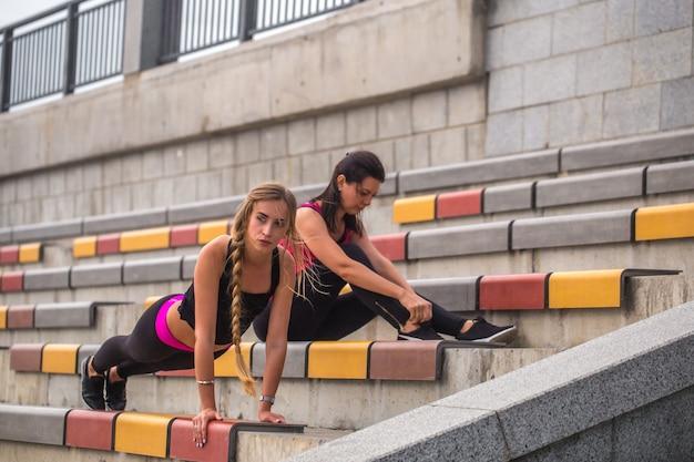 Deux filles sportives travaillant ensemble