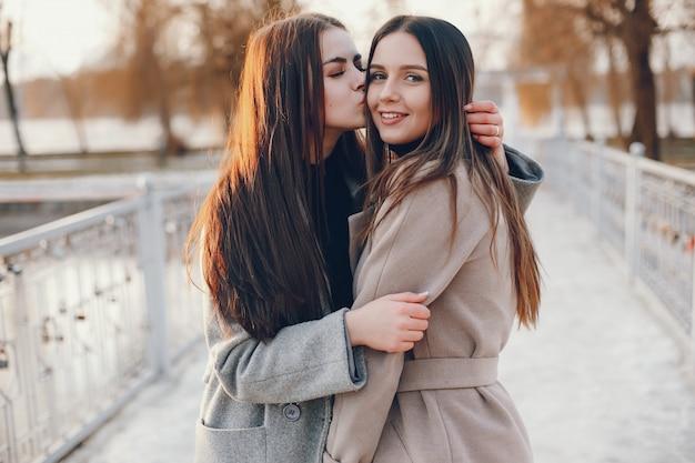Deux filles stylées se reposent dans une ville