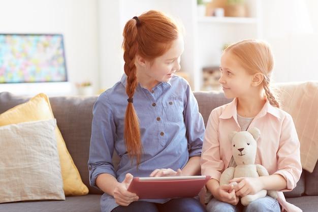 Deux filles utilisant internet