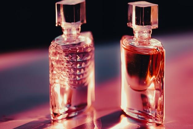 Deux flacons de parfum à la parfumerie au coucher du soleil comme produit de beauté et cosmétique de luxe