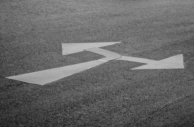 Deux flèches sur la route goudronnée - tourner à gauche ou à droite