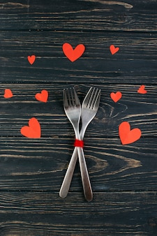 Deux fourchettes avec des coeurs de papier