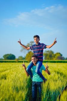 Deux frère rural indien jouant au champ