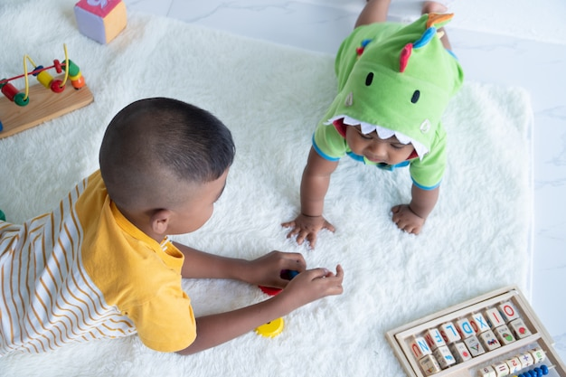 Deux frères jouent dans la chambre