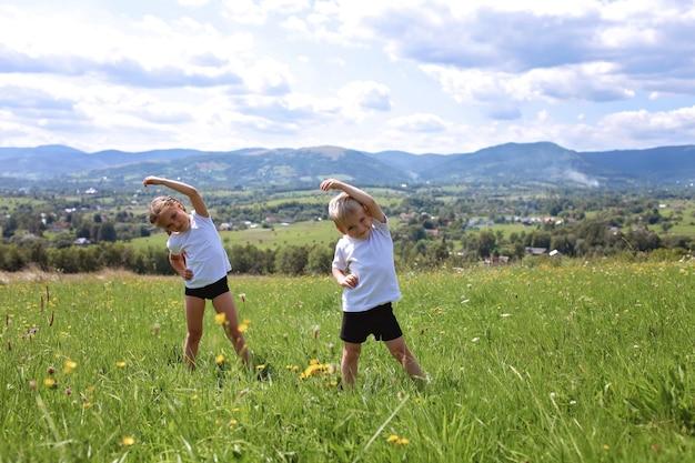 Deux frères et sœurs mignons faisant leurs exercices du matin
