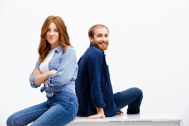 Deux frères et sœurs rousse adultes s'asseoir ensemble