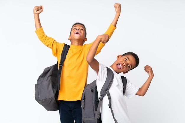 Deux garçons étudiants afro-américainsblanc blanc