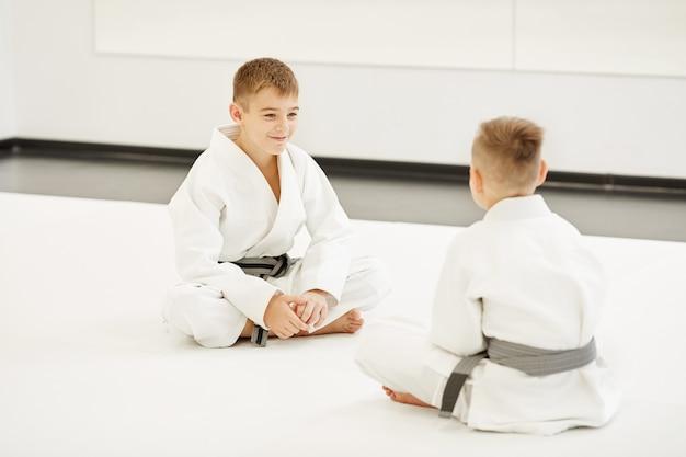 Deux garçons faisant du karaté