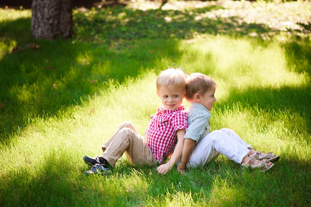 Ces deux garçons sont les meilleurs amis. amis pour la vie.