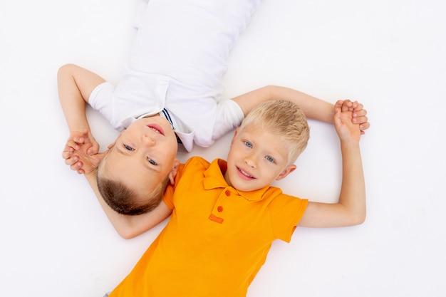 Deux garçons souriants allongés sur le sol