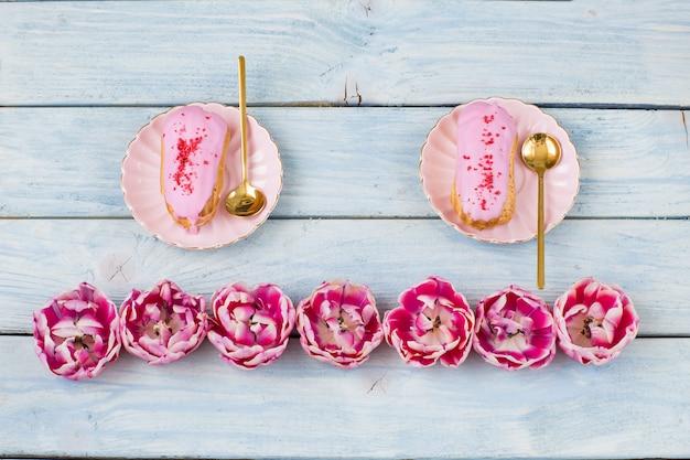 Deux gâteaux et bourgeons de tulipes roses