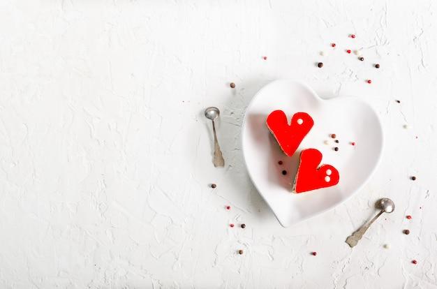 Deux gâteaux en forme de coeur en gelée