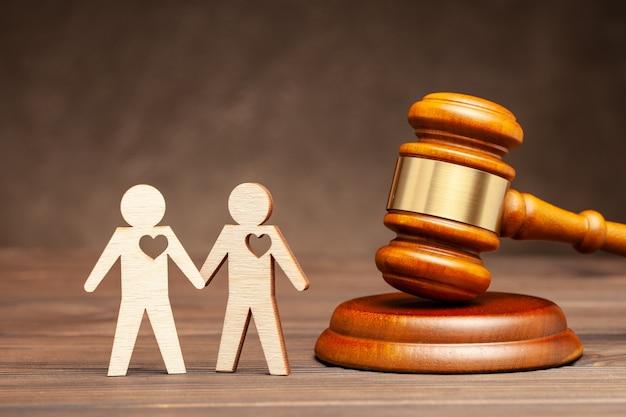 Deux gays et un juge de mariage homosexuel juge marteau