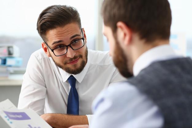 Deux gestionnaires discutant des questions de travail au bureau