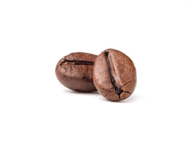 Deux grains de café torréfiés frais