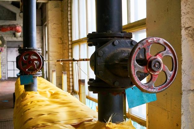 Deux grand portail noir sur le tuyau jaune isolé de tuyau de chauffage.