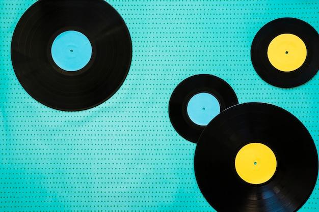 Deux grands et deux petits vinyles
