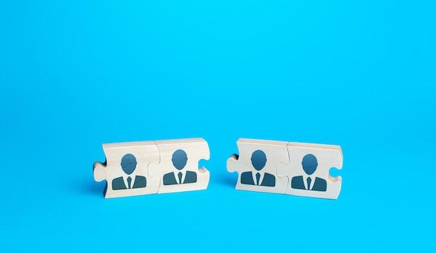 Deux groupes d'énigmes avec des personnes. créer une équipe efficace pour un nouveau projet