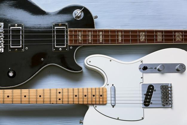 Deux guitares sur une planche en bois clair