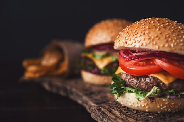 Deux hamburgers faits maison délicieux et appétissants utilisés pour hacher le bœuf