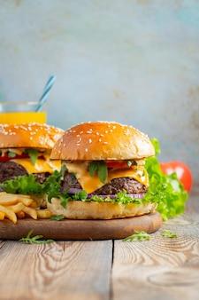 Deux hamburgers faits maison avec des pommes de terre frites.