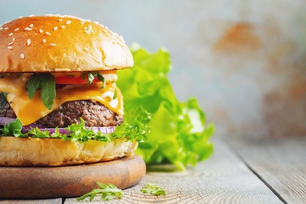 Deux hamburgers faits maison.