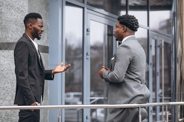 Deux homme d'affaires africain réunis