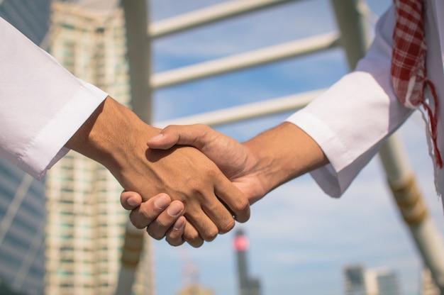 Deux homme d'affaires arabe confiant se serrant la main