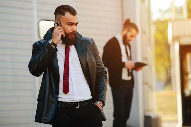 Deux homme d'affaires au travail