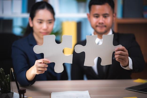Deux homme d'affaires confiant se serrant la main lors d'une réunion au bureau, succès, négociation, salutation et concept de partenaire.