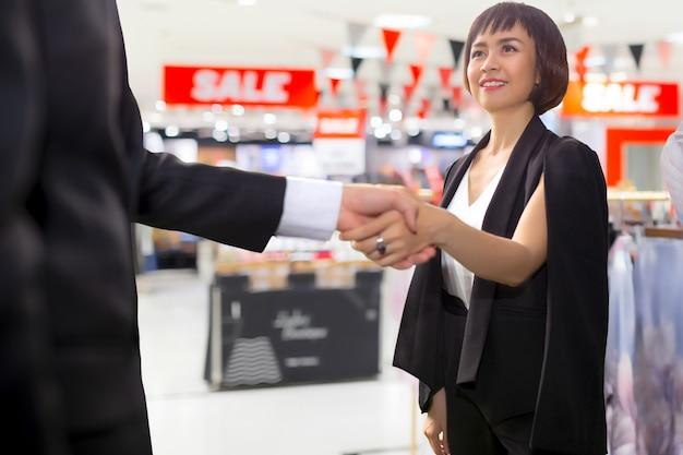 Deux homme d'affaires confiant, styliste de mode se serrant la main après un accord fructueux