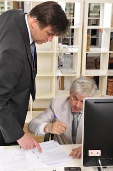 Deux homme d'affaires discutant d'un projet sur leur lieu de travail